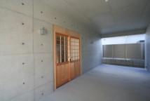 無機質の中にある玄関扉。存在感があり、入口までを視覚的にアプローチしているんです。